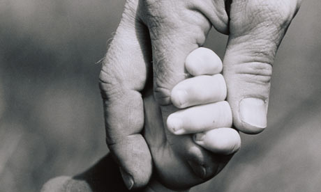Child-holding-fathers-fin-001
